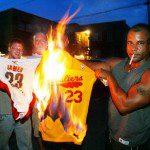 Mai visto nella Nba, LeBron va a Miami e Cleveland brucia le maglie del Prescelto