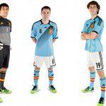 Calcio, Euro 2012: Spagna con la <em>camiseta</em> <em>away</em> adidas color azzurro chiaro. Omaggio ad Anni '60