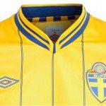 Calcio, Euro 2012: Svezia in <em>pinstripe</em> nel nuovo <em>kit</em> <em>home</em> di Umbro. Come nel 1980 contro l'Italia